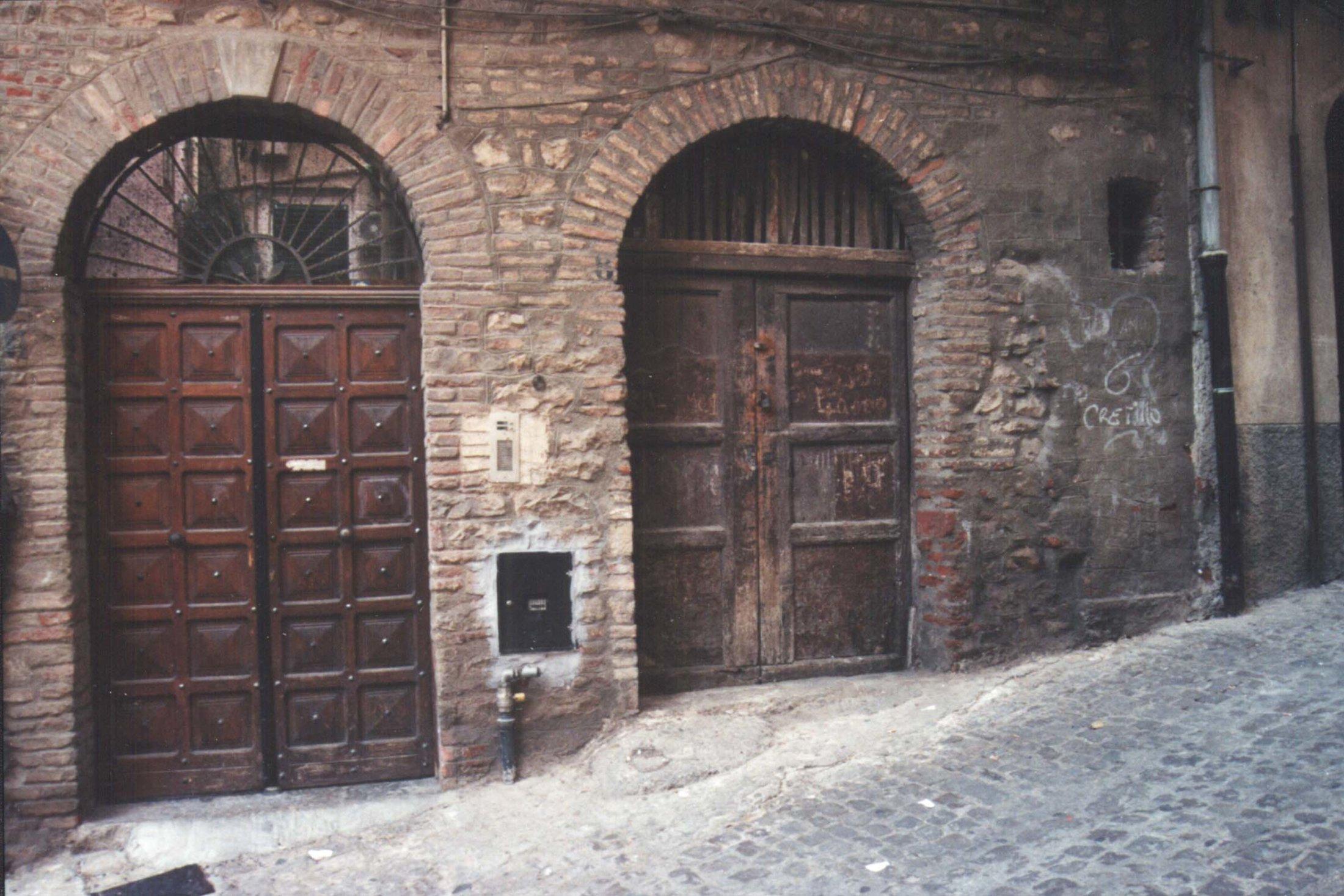 Prospetto porte lato corte - magazzino discesa Collegio di Maria.