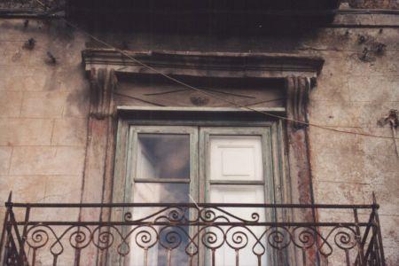 Particolare del cornicione del balcone del primo piano lato piazza Margherita