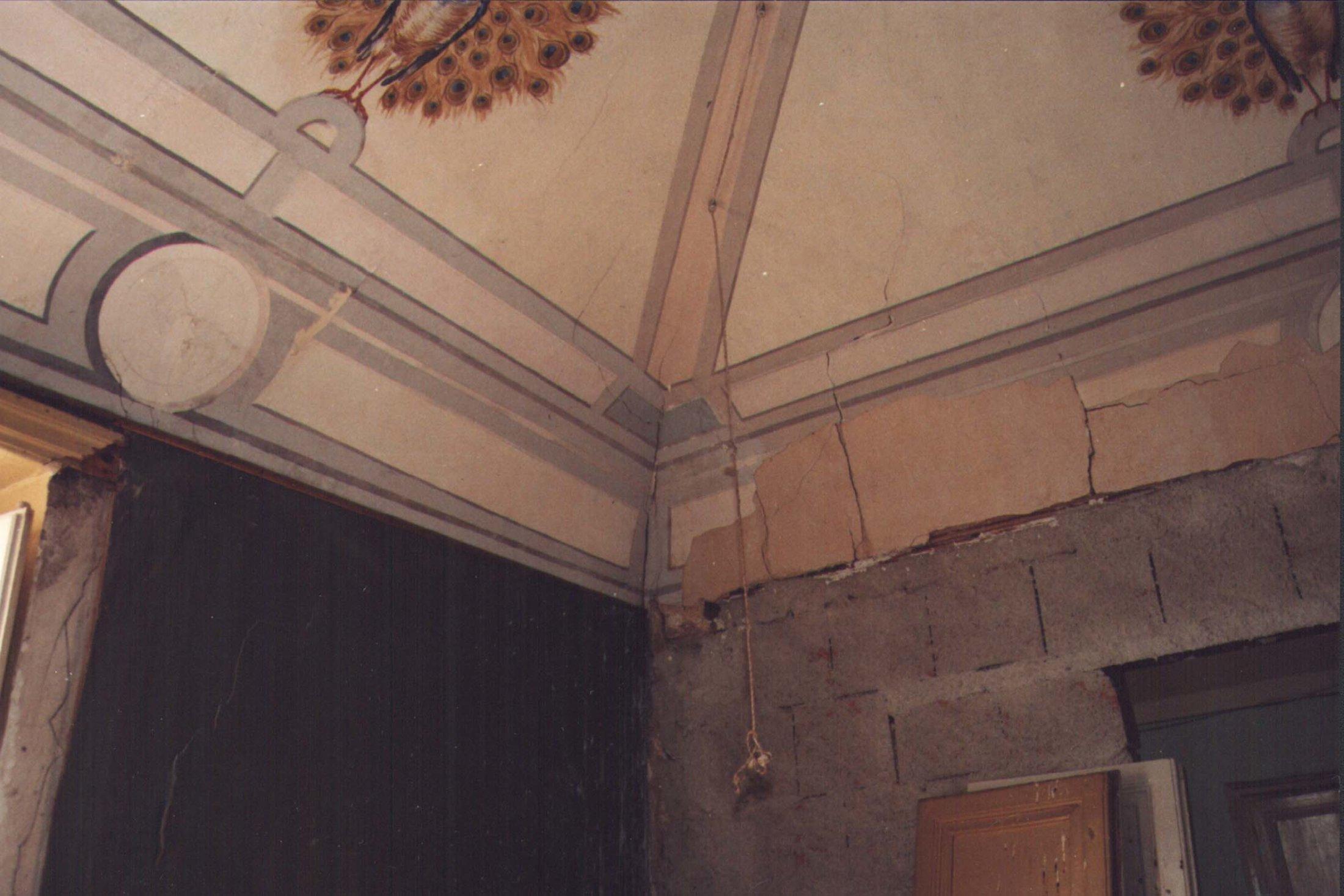 Particolare decorazione parete d'angolo e soffitto