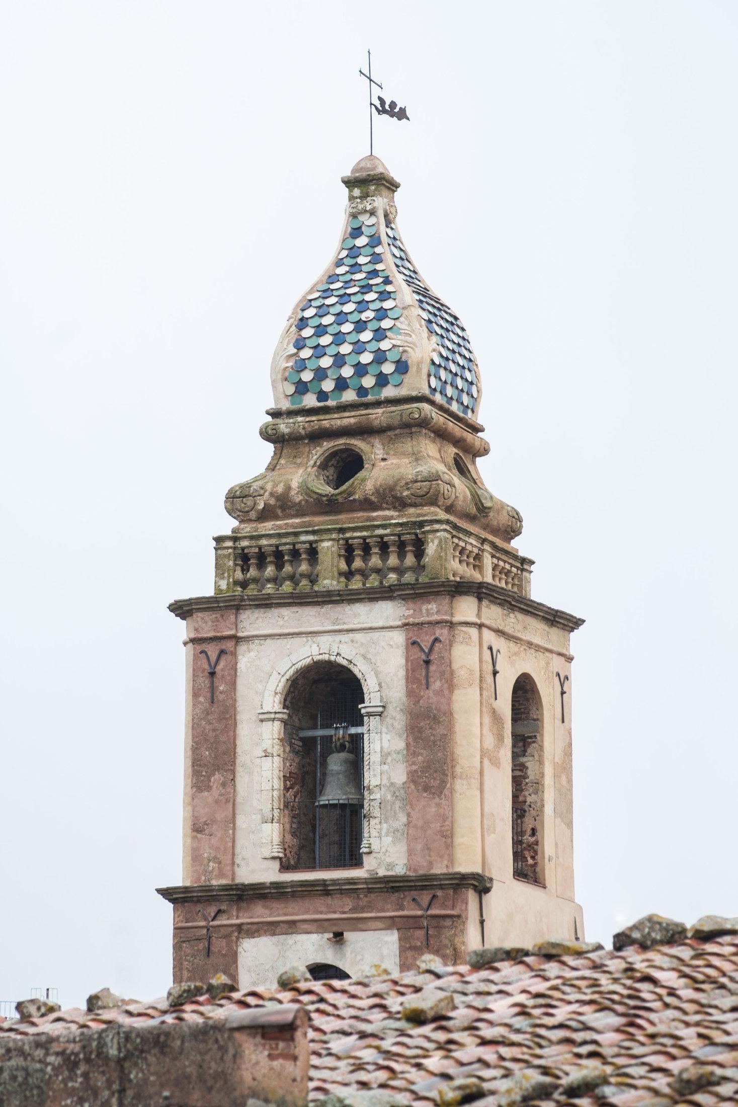 Particolare del campanile con tessere in maiolica