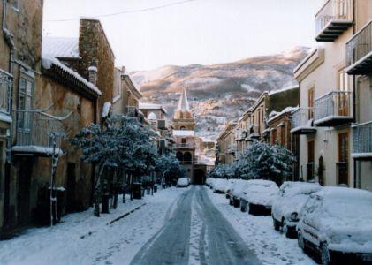 La via Sant'Anna dopo la nevicata del '99