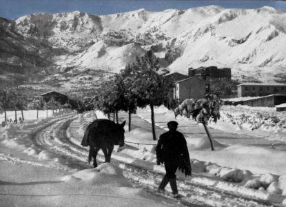 L'ingresso a Nord del paese dopo la nevicata del '62