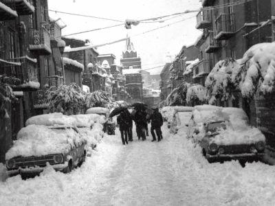 La via Sant'Anna dopo la nevicata dell'81