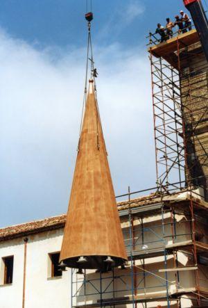 Ricollocando la nuova guglia di San Francesco