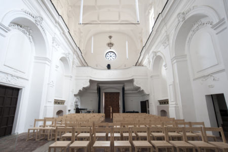 Panoramica ambiente interno con dettaglio del portale d'ingresso